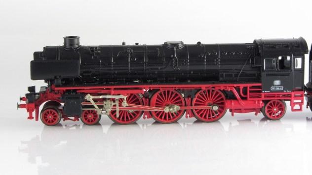 BR 011 von der Seite mit den imposanten Antriebsrädern