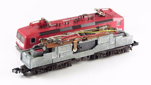Roco typisches Antriebskonzept: Kardanwellen und Schneckengetriebe<br /> (Bild zeigt BR 112 mit eingebauten Digital Decoder)