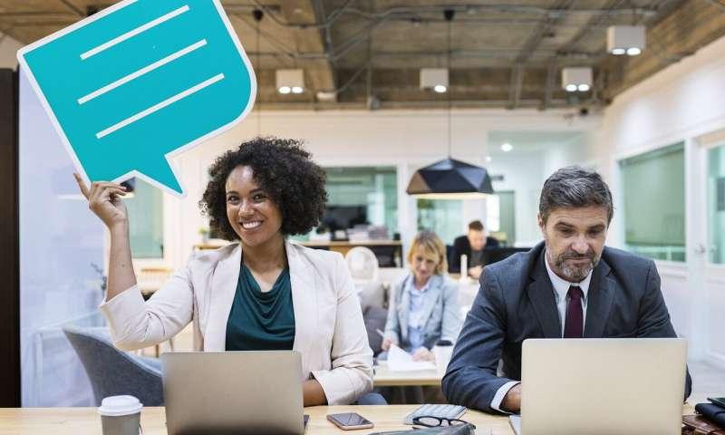 المحادثات الجانبية بين الموظفين