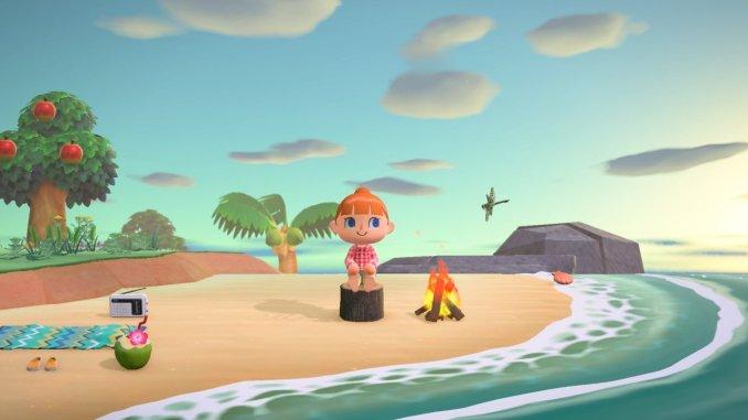 Das Bild zeigt den Hauptcharakter des Animal Crossing: New Horizons-Universums, welcher auf einem Holzblock vor einem Lagerfeuer sitzt. Im Hintergrund sieht man eine Palme und einen Apfelbaum. Der Strand ist zu sehen und man sieht das Meer.