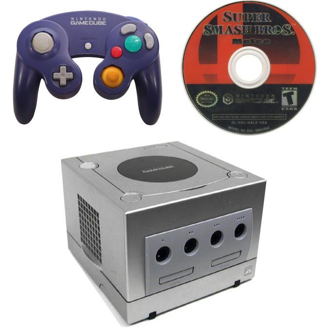 Das Bild zeigt einen silbernen GameCube, einen violetten GameCube-Controller und die Spieldisc von Super Smash Bros. Melee.