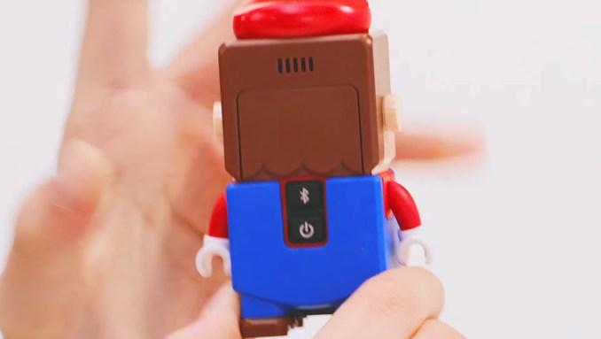 Das Bild zeigt den Rücken von LEGO Super Mario.