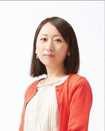 Das Bild zeigt die Direktorin von Animal Crossing: New Horizons Aya Kyogoku. Sie trägt ein weißes Oberteil mit einer korallfarbenen Weste. Zudem hat sie dunkelbraune Haare, welche zu einem Longbob geschnitten sind.