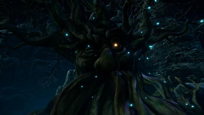 Das Bild zeigt einen großen sprechenden Baum in einem Wald. Das rechte Auge ist geschlossen, während das linke Auge offen ist und leuchtet.