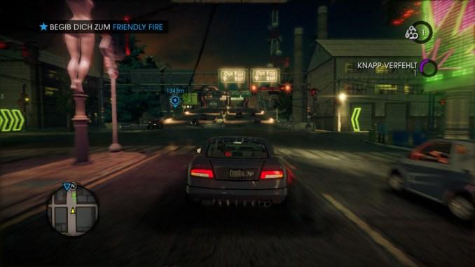 Das Bild zeigt den Spieler in einem PKW aus der Rückansicht.