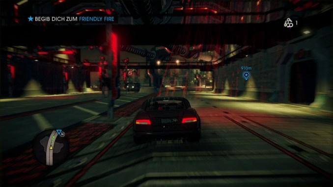 Das Bild zeigt den Spieler, wie er in einem Auto unter einer Brücke durch fährt.