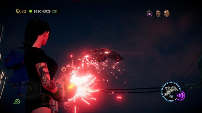 Das Bild zeigt den Spieler wie er mit einer Alien Waffe auf ein Alien Raumschiff schießt.