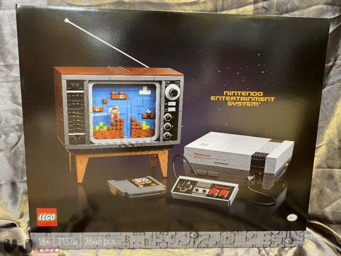 Das Bild zeigt die Verpackung des LEGO-NES-Sets.