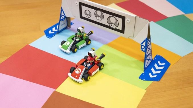 """Das Bild zeigt eine mit buntem Papier erstellte Strecke für """"Mario Kart Live""""."""
