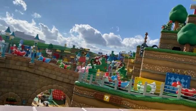 Das Bild zeigt den Themenpark Super Nintendo World aus der Sicht von Yoshi's Ride.