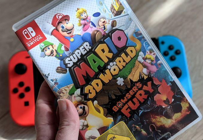 Zu sehen ist das Spiel Super Mario 3D World + Bowser's Fury. Im Hintergrund sieht man eine Switch.