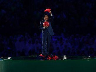 Das Bild zeigt den japanischen Premierminister in seinem Super Mario-Kostüm.