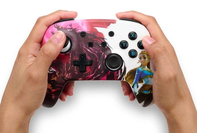 Das Bild zeigt den PowerA-Controller im Blood Moon Zelda-Design.