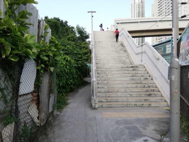 沙田駅から徒歩10分ほどで陸橋が見える