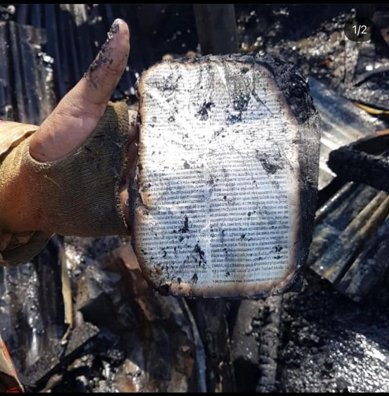 Biblia lacerada en incendio del sector San Carlos