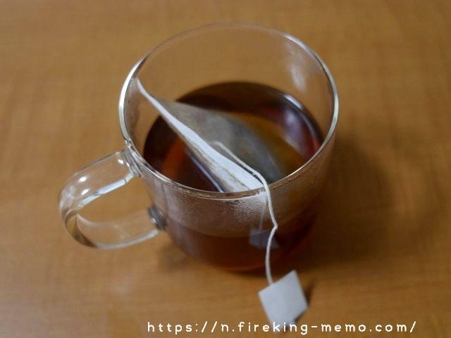 無印のガラスマグにコーヒーバッグを入れた