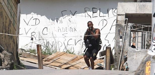 Traficantes enfrentam a polícia no Complexo do Alemão; VEJA AS FOTOS