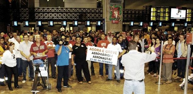 Aeronautas e aeroviários protestam no saguão do Aeroporto de Cumbica, em Guarulhos (SP); determinação da Justiça fez categoria suspender greve anunciada para esta quinta-feira (23)