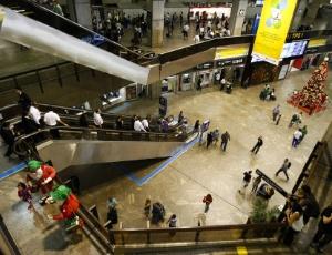 Movimento de passageiros no aeroporto de Cumbica, em Guarulhos (SP)