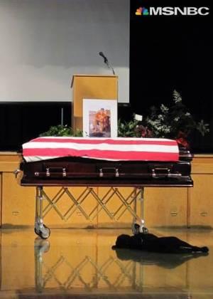 O labrador Hawkeye deita ao lado do caixão do dono, o soldado Jon Tumilson, morto no Afeganistão