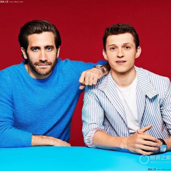 演员JakeGyllenhaal和TomHolland佩戴卡地亚SantosdeCartier系列腕表
