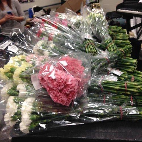 暖男買花送全校女生 女友讚賞其送花舉動