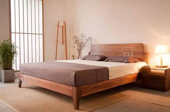 带细脚的木床+实木树杈衣架