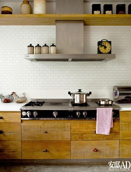 wood mode kitchens purist kitchen faucet 木纹橱柜也可以打造出时髦厨房 木纹 橱柜 厨房 新浪时尚 新浪网 同样也是木饰面橱柜 这间灰 棕色调的厨房 完全是另一种时髦而成熟的现代感 高调的金属马赛克被运用在厨房中 因为有木质的搭配 完全不显冰冷