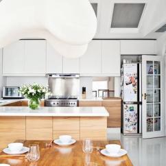 Wood Mode Kitchens Designer Kitchen Faucets 木纹橱柜也可以打造出时髦厨房 木纹 橱柜 厨房 新浪时尚 新浪网 想要让厨房有清新的洁净感 可以整体定制浅色胡桃木柜门 瓷砖和操作台选用象牙白色 地面也可以选择深色木饰面的地板或易打理的仿木纹条形瓷砖
