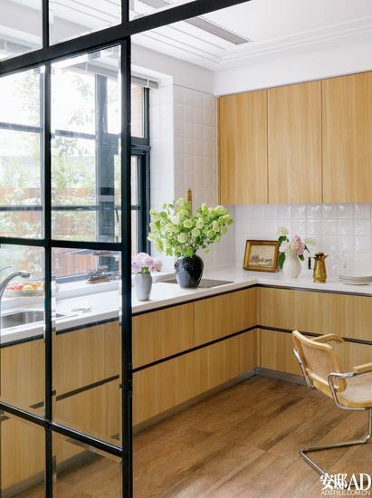 wood mode kitchens kitchen cabinets cape coral 木纹橱柜也可以打造出时髦厨房 木纹 橱柜 厨房 新浪时尚 新浪网 想要让厨房有清新的洁净感 可以整体定制浅色胡桃木柜门 瓷砖和操作台选用象牙白色 地面也可以选择深色木饰面的地板或易打理的仿木纹条形瓷砖