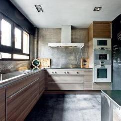 Kitchen Tops Wood Accent Table 木纹橱柜也可以打造出时髦厨房 木纹 橱柜 厨房 新浪时尚 新浪网 同样也是木饰面橱柜 这间灰 棕色调的厨房 完全是另一种时髦而成熟的现代感 高调的金属马赛克被运用在厨房中 因为有木质的搭配 完全不显冰冷