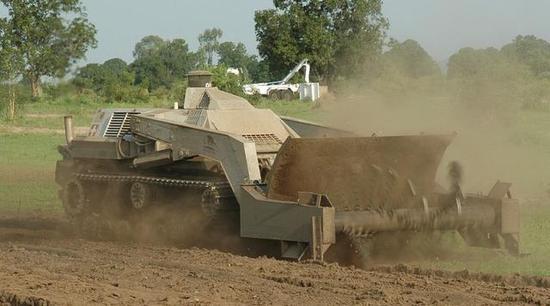 中國掃雷車全球最先進 幾十米外隔山打牛引爆地雷|掃雷車|掃雷|雷場_新浪軍事_新浪網