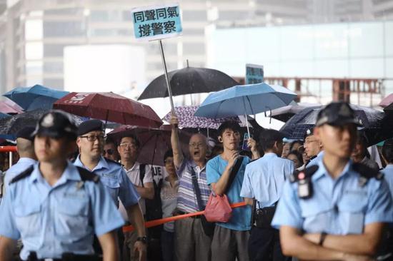 梁家輝譚詠麟都站出來了 大批香港市民上街撐警_新聞中心_中國網