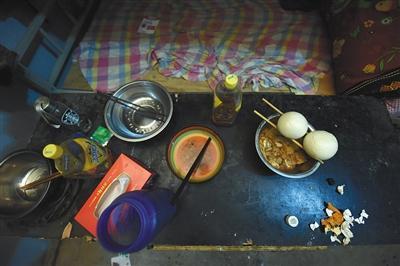11月25日,江西省宜春市,遇难工人们没有吃完的馒头。