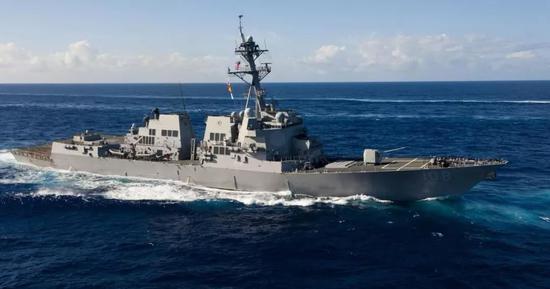 """8月28日,""""韦恩·E·迈耶""""号驶入中国南海永暑礁和美济礁12海里范围内。"""