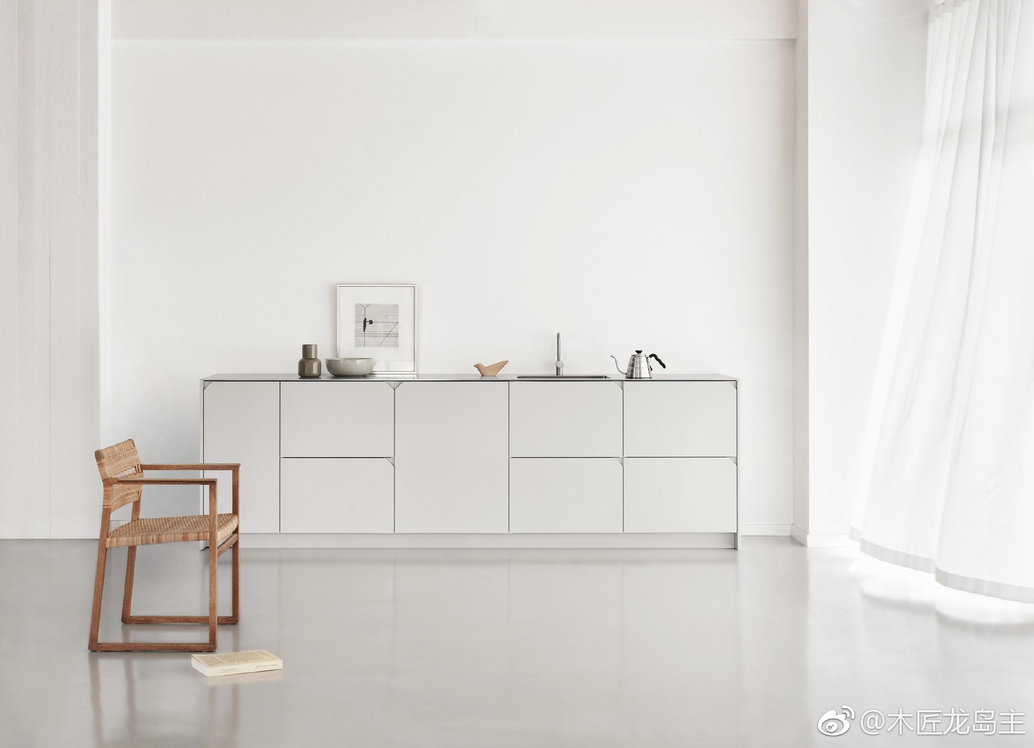 ikea kitchen cabinet handles polished brass faucet cecilie manz将松木板材定位成45度角 以匹配宜家厨房的切割门把手 松木 这是为丹麦品牌改革定制的 manz是一系列知名设计师中最新的一个 他们为哥本哈根的改革设计了一个专门定制宜家 metod厨柜的厨房