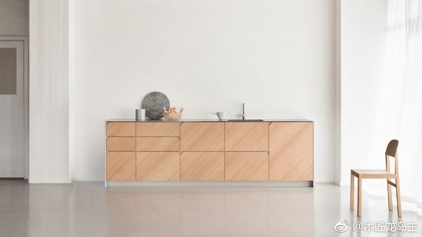 ikea kitchen cabinet handles wayfair cabinets cecilie manz将松木板材定位成45度角 以匹配宜家厨房的切割门把手 松木 这是为丹麦品牌改革定制的 manz是一系列知名设计师中最新的一个 他们为哥本哈根的改革设计了一个专门定制宜家 metod厨柜的厨房