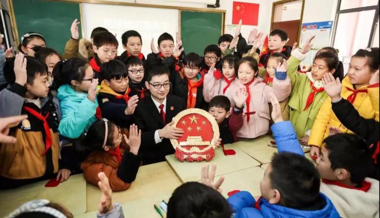△2019年12月3日,江苏淮安,法官走进校园给小学生讲宪法知识。