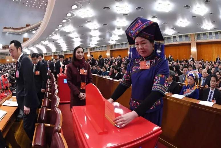 △十三届全国人大一次会议,代表投票表决通过《中华人民共和国宪法修正案》。