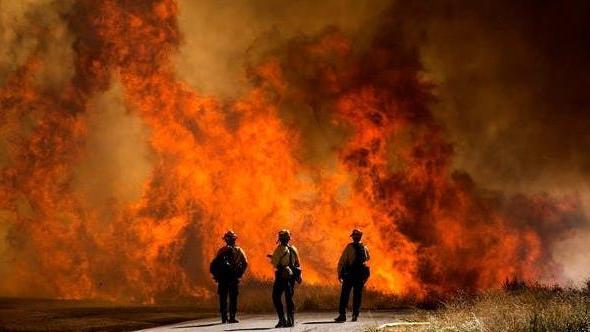 美國南加州山火繼續蔓延 近8000人被要求撤離 美國_新浪新聞