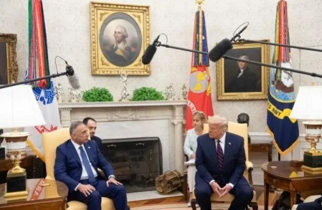 特朗普(右)在华盛顿白宫椭圆形办公室会见了伊拉克总理卡迪米(左)