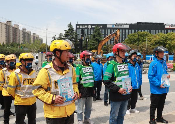 2021年4月25日上午,上海浦東交警開展《上海市非機動車安全管理條例》普法宣傳活動。 浦東交警供圖