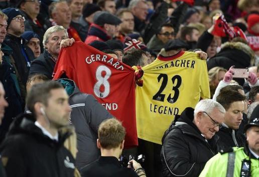 利物浦球迷在看台举起杰拉德和卡拉格球衣