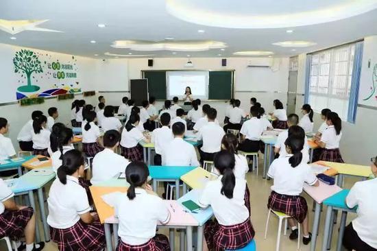 廣州市第四中學心理老師正在給學生上開學第一節心理課