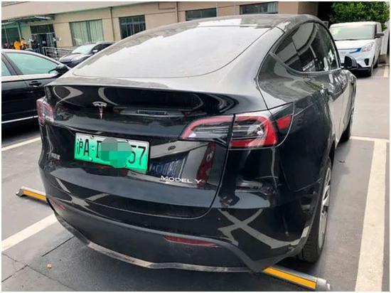 记者在当地拍摄了照片.4月8日,停在第三分公司停车场的特斯拉Model Y模型在上海收到了绿卡。