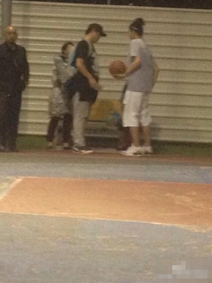 吳亦凡溫哥華打籃球引圍觀 粉絲贊帥氣