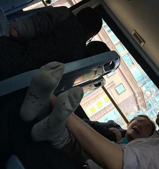 中年男女公交車激吻 網友:別拿公交當卧室