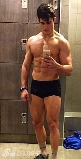全球最帥數學老師走紅 酷愛健身半裸秀6塊腹肌