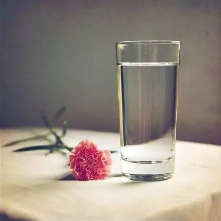 夜讀丨一杯水的重量(發人深省) 重量 老師 人生網_新浪新聞