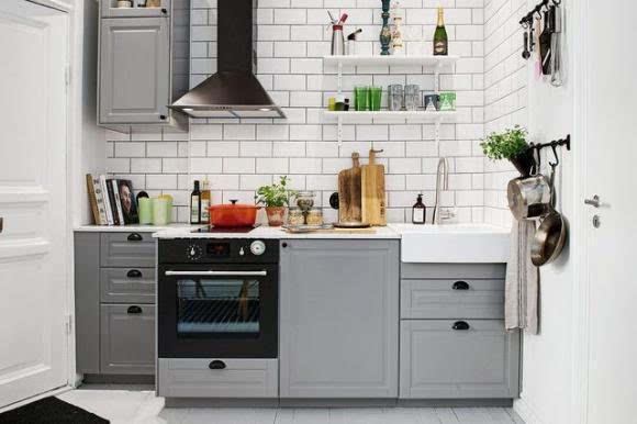 small kitchen sinks open shelves 厨房水槽正确安装姿势别等装完后悔 但是不管是大厨房还是小厨房 水槽 的深度应该设计在20cm左右 方便洗涤 又防止了水花外溅 距离墙面应该有40cm的侧面距离 这样有空间放置需要刷洗的餐具厨具